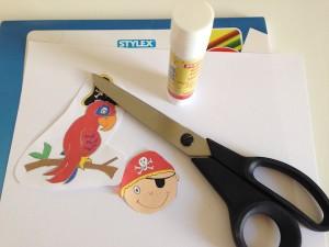 einladung-pirat-zeichkarton-klebestift