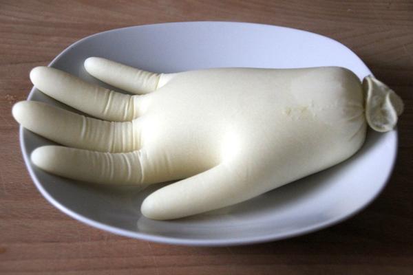 Leichenhand aus Grieß Halloween Gag Rezept