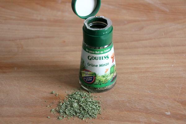 getrocknete Minze für Zutatenmix im Glas