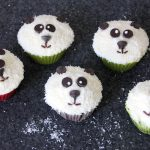 Panda Muffins aus Schokoladen-Bananen-Teig