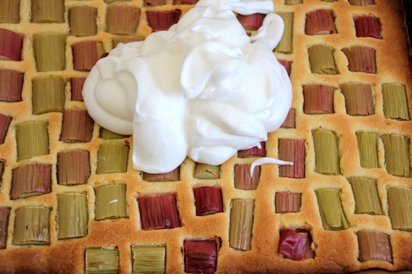 Schneller Rhabarberkuchen mit Baiser backen